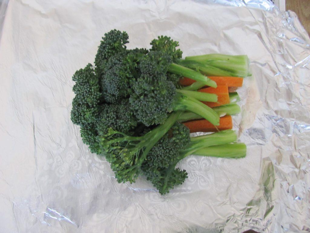 Фото рецепта - Брокколи и морковь под йогуртовым соусом в фольге - шаг 3