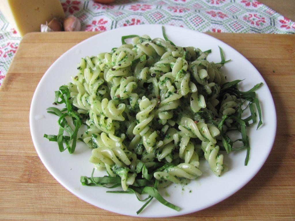 Фото рецепта - Паста фузилли в сырно-шпинатном соусе - шаг 10