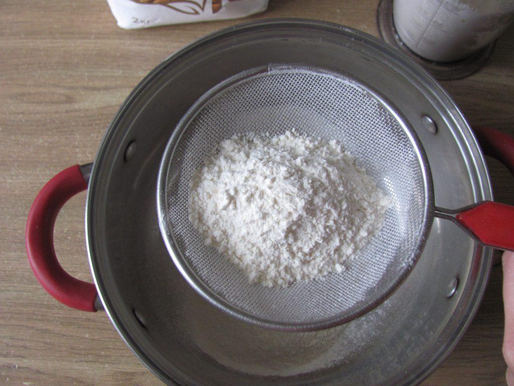 Фото рецепта - Пышные оладьи без яиц с яблочным припеком - шаг 1