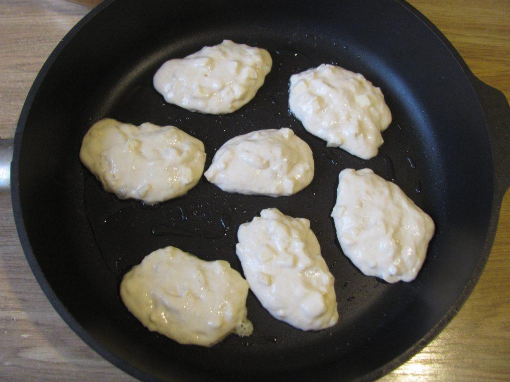 Фото рецепта - Пышные оладьи без яиц с яблочным припеком - шаг 6