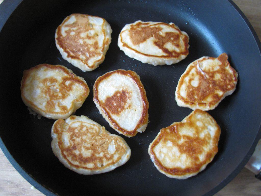 Фото рецепта - Пышные оладьи без яиц с яблочным припеком - шаг 7