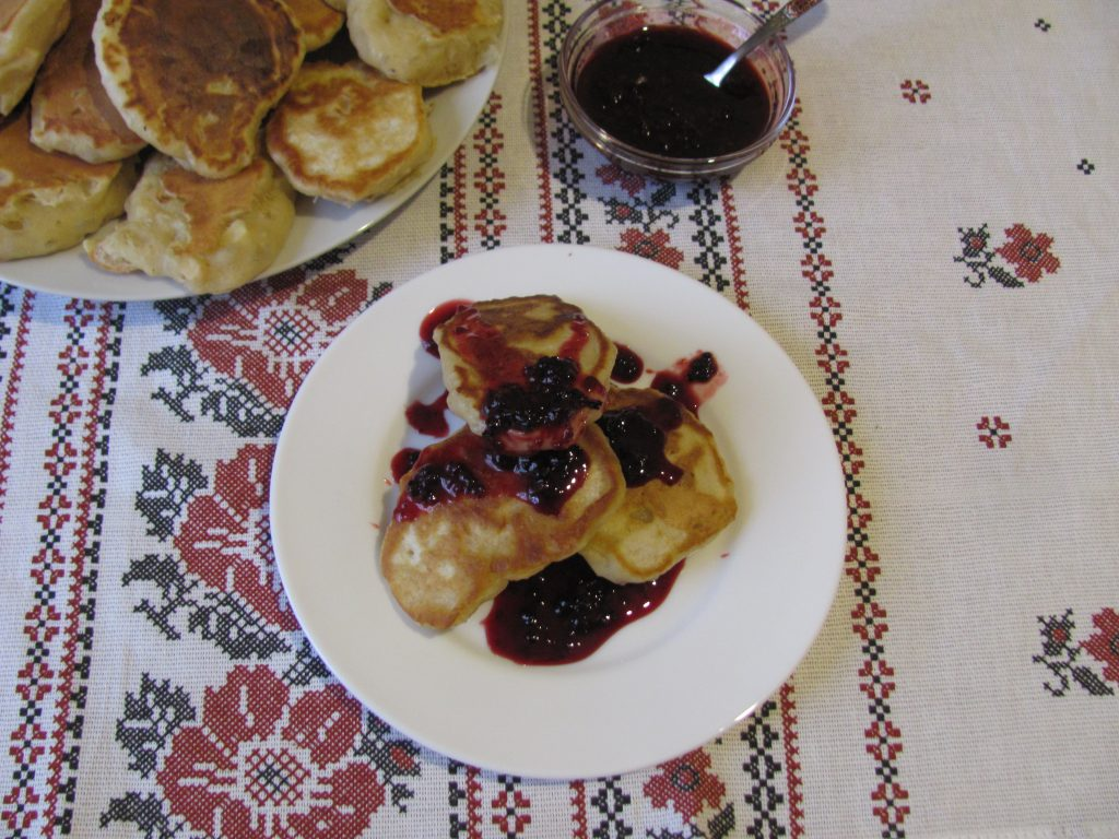 Фото рецепта - Пышные оладьи без яиц с яблочным припеком - шаг 8