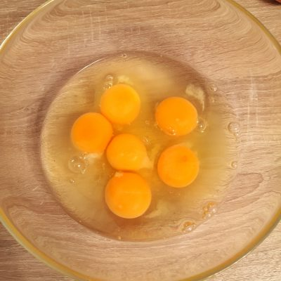 Фото рецепта - Газированный омлет с томатом, сыром и консервированным горошком - шаг 2