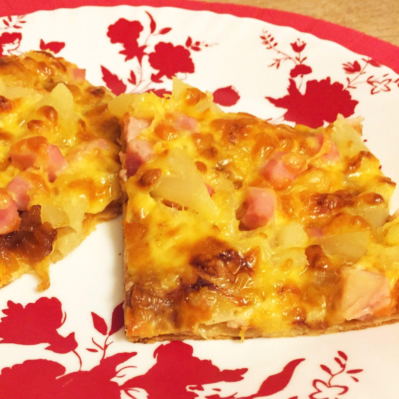 Сладкая пицца с ветчиной и ананасами