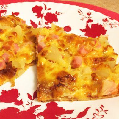 Сладкая пицца с ветчиной и ананасами - рецепт с фото
