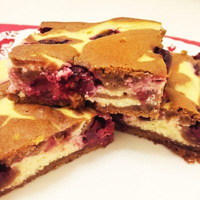 Шоколадно-творожный брауни с вишней - рецепт с фото