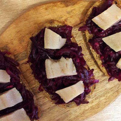 Фото рецепта - Бутерброды с сельдью и свеклой - шаг 6
