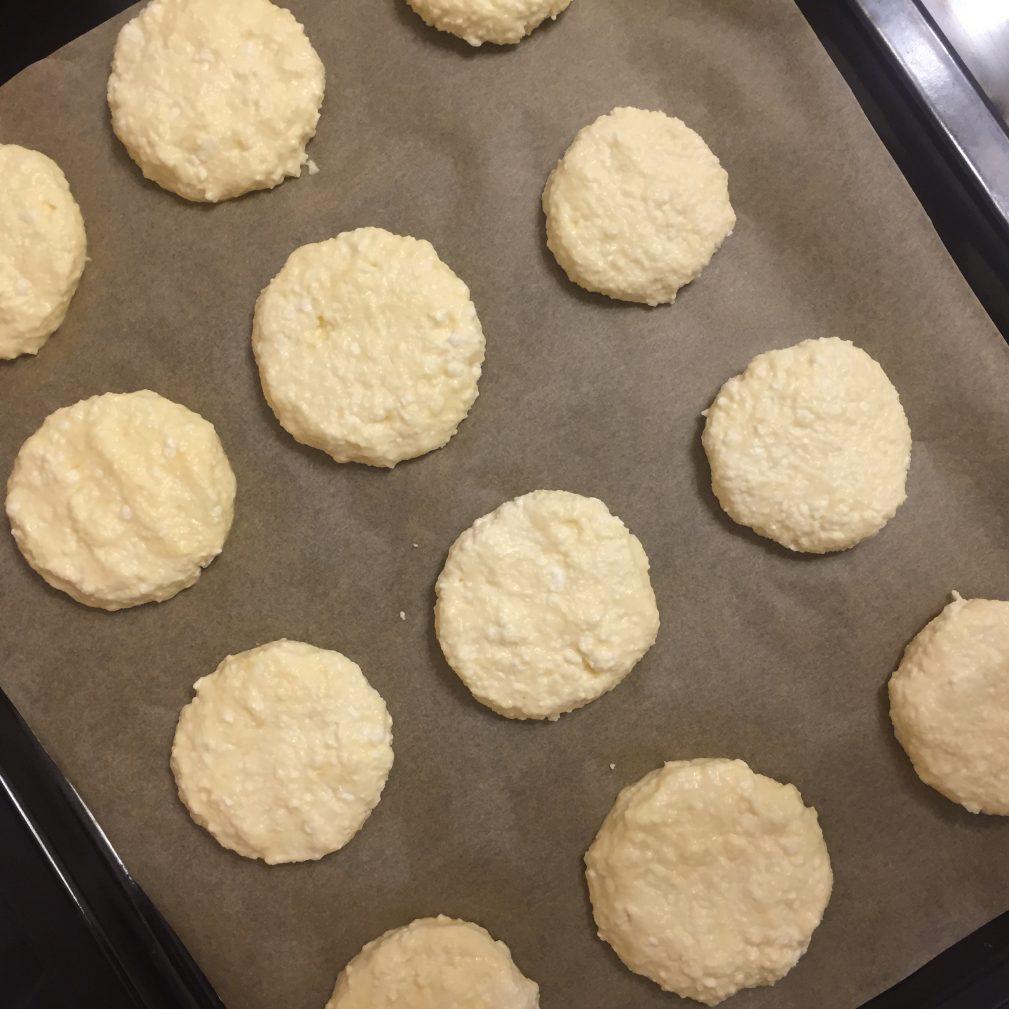 Фото рецепта - Сырники в духовке с вишневым соусом - шаг 3