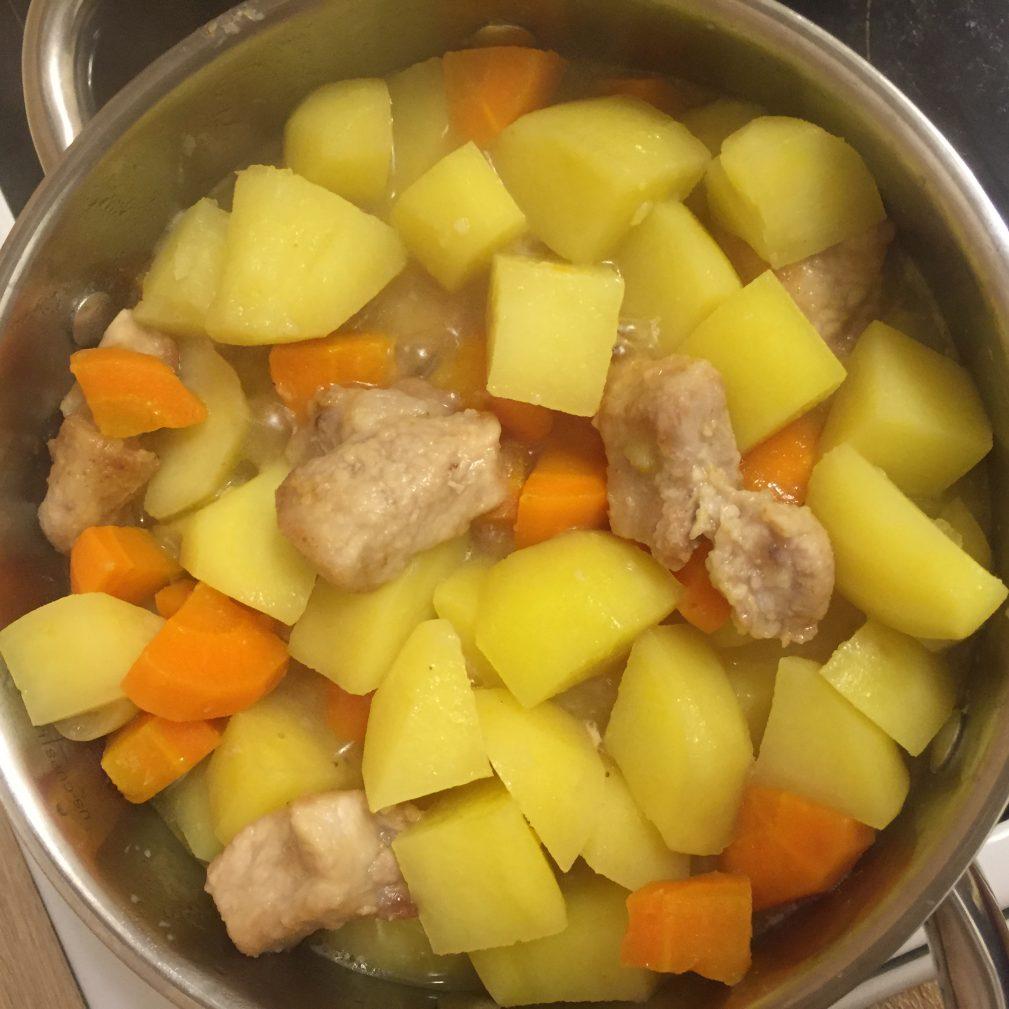 Фото рецепта - Тушеная картошка со свининой - шаг 7