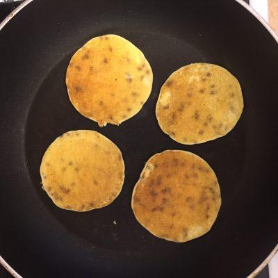 Фото рецепта - Творожные блинчики с семенами льна - шаг 5