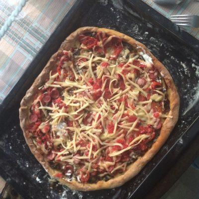 Фото рецепта - Пицца с колбасой и грибами - шаг 3