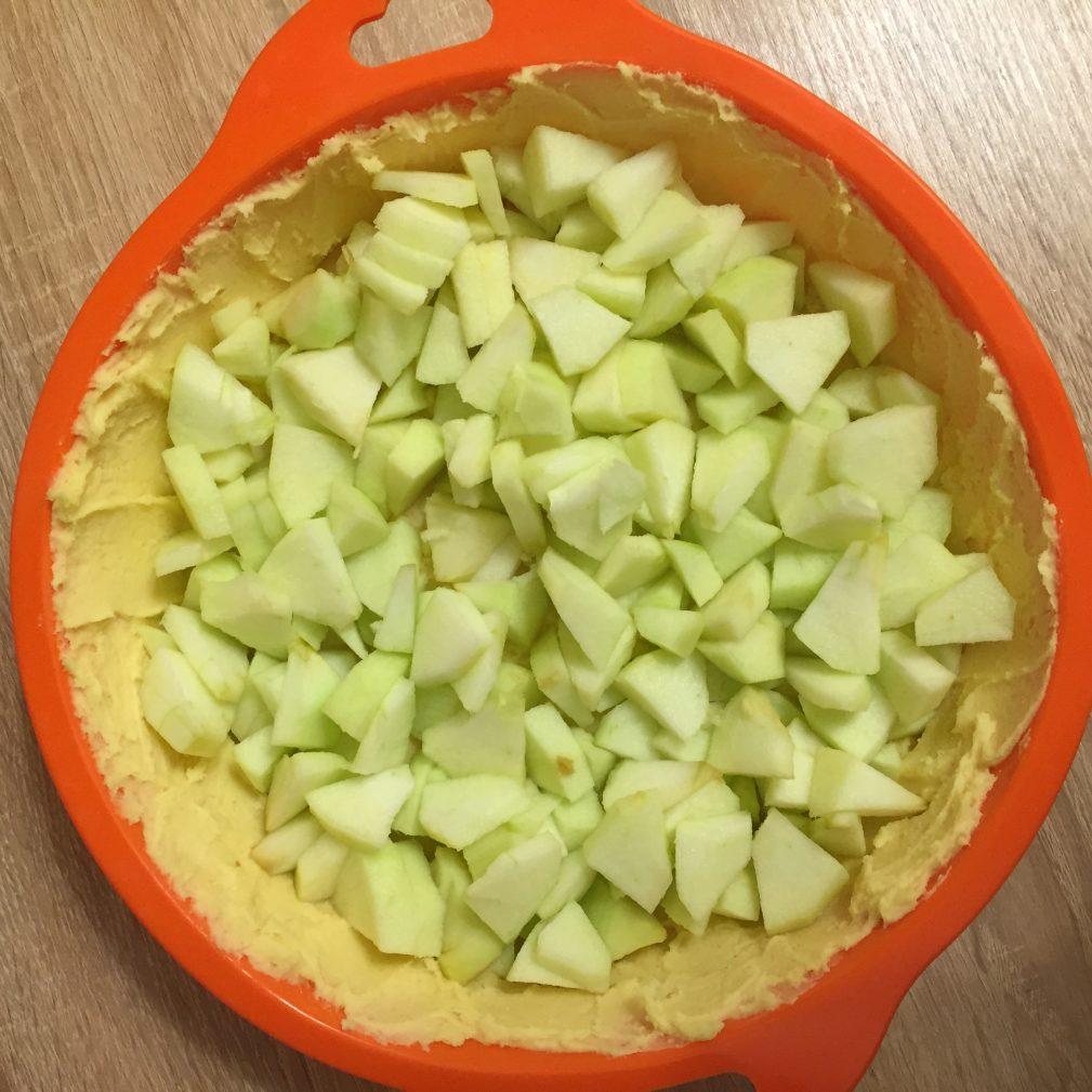 Фото рецепта - Яблочный пирог под сметанным кремом - шаг 4