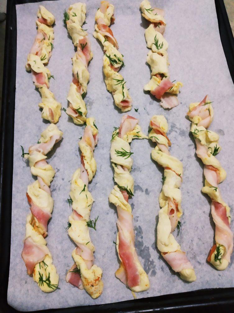 Фото рецепта - Слоёные палочки с беконом - шаг 4