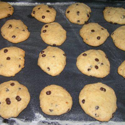 Фото рецепта - Печенье с шоколадными дропсами - шаг 5