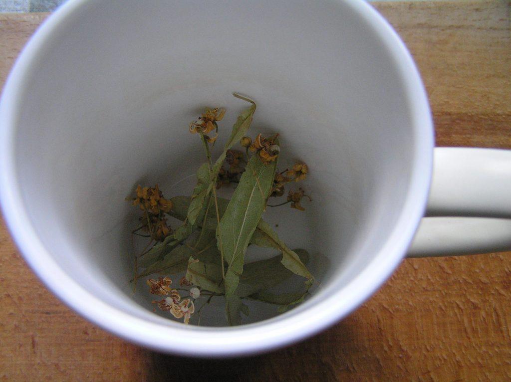 Фото рецепта - Чай из липы и мелиссы и листа смородины - шаг 2