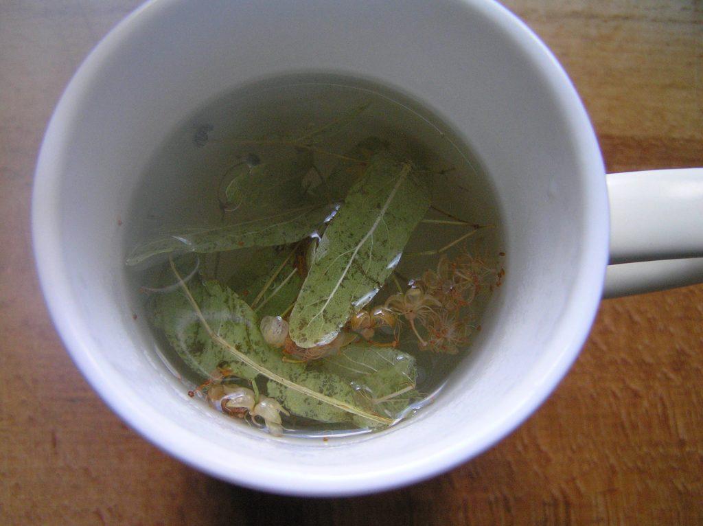 Фото рецепта - Чай из липы и мелиссы и листа смородины - шаг 3