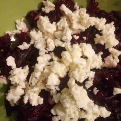 Фото рецепта - Салат из свеклы с брынзой - шаг 3