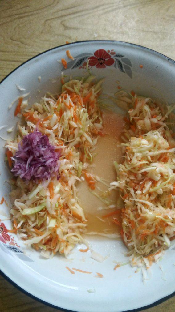 Фото рецепта - Витаминный салат с яблоком для взрослых и детей - шаг 7