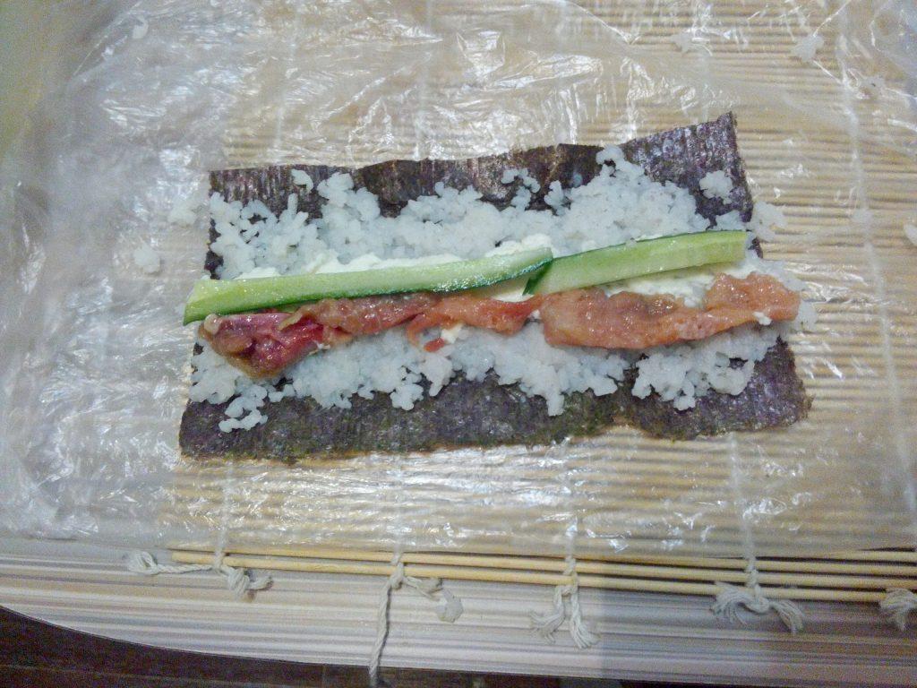 Фото рецепта - Рисовые роллы с красной рыбой и огурцом - шаг 5