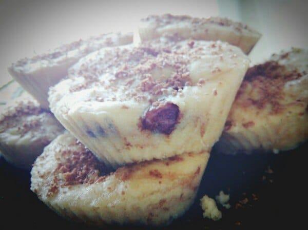 Фото рецепта - Быстрые кексы в микроволновке с яблоками и шоколадом - шаг 4