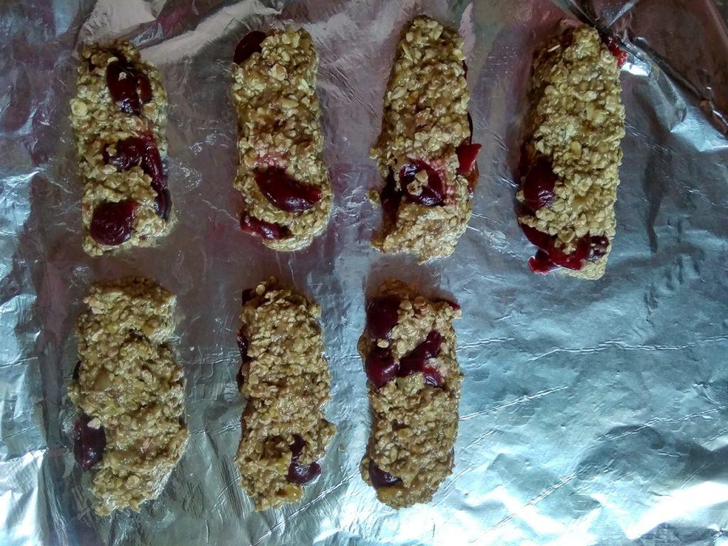 Фото рецепта - ПП-батончики с вишней и бананом - шаг 5