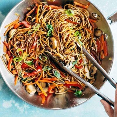 Овощной салат с лапшой на сковороде вок - рецепт с фото