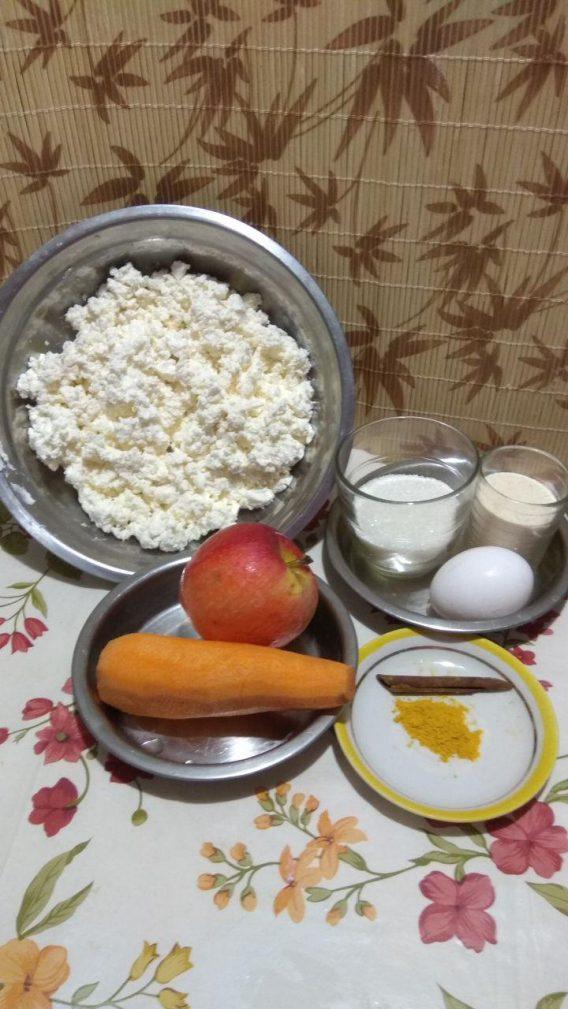 Фото рецепта - Творожная запеканка с яблоком, морковью, куркумой и корицей - шаг 1
