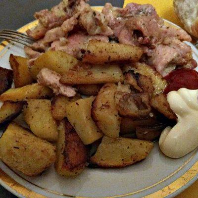 Курица, запеченная с картошкой в духовке - рецепт с фото