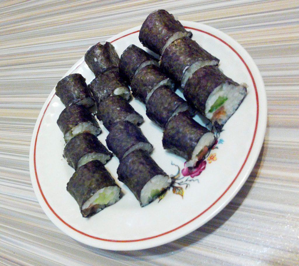 Фото рецепта - Рисовые роллы с красной рыбой и огурцом - шаг 6
