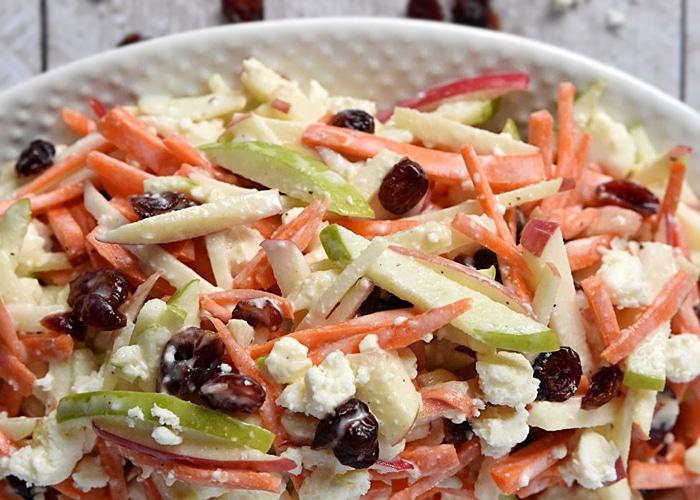 Салат из моркови с яблоком и сыром