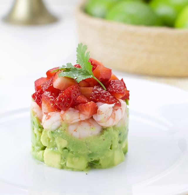 Салат-коктейль или тартар из клубники, креветок и авокадо