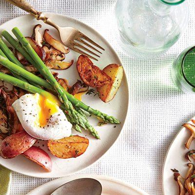 Теплый картофельный салат со спаржей, грибами и яйцом - рецепт с фото