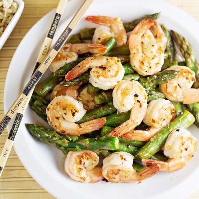 Теплый салат из жаренных креветок и спаржи в соусе - рецепт с фото