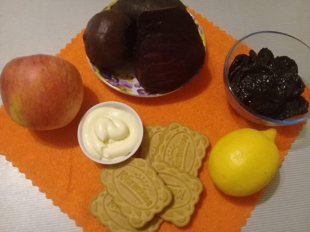 Фото рецепта - Свекольный салат-десерт яблоком и черносливом - шаг 1