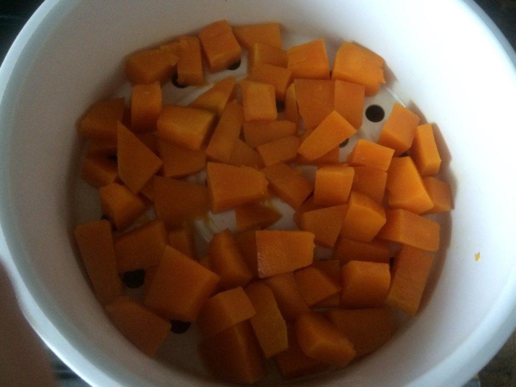 Фото рецепта - Солнышко на тарелке – тыквенные оладушки с овсянкой - шаг 2