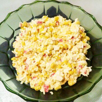 Крабовый салат с рисом и кукурузой - рецепт с фото