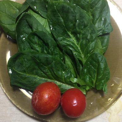 Фото рецепта - Омлет со шпинатом и черри - шаг 1