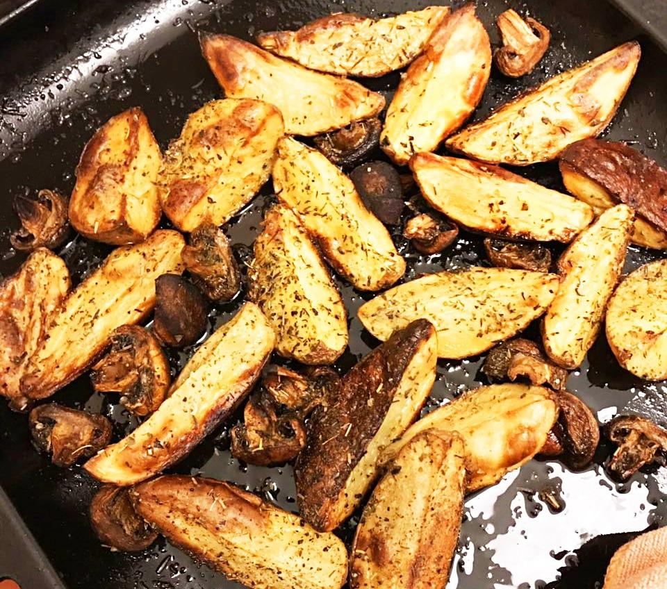 Картошка в мундире и грибы, запеченные в травах