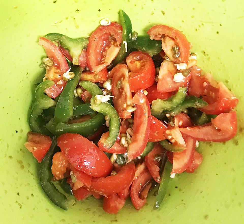 Салат из овощей и пророщенного маша