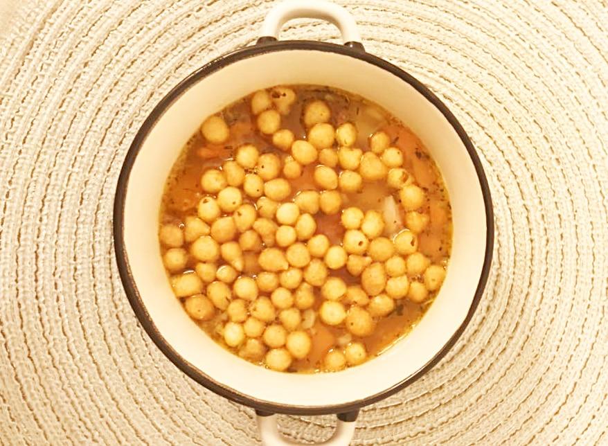 Гороховый суп с копченым мясом и сухарями
