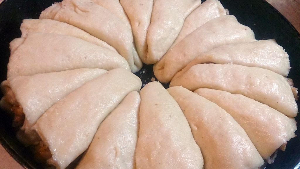 """Фото рецепта - Дрожжевой пирог """"Яблочные рожки"""" - шаг 15"""