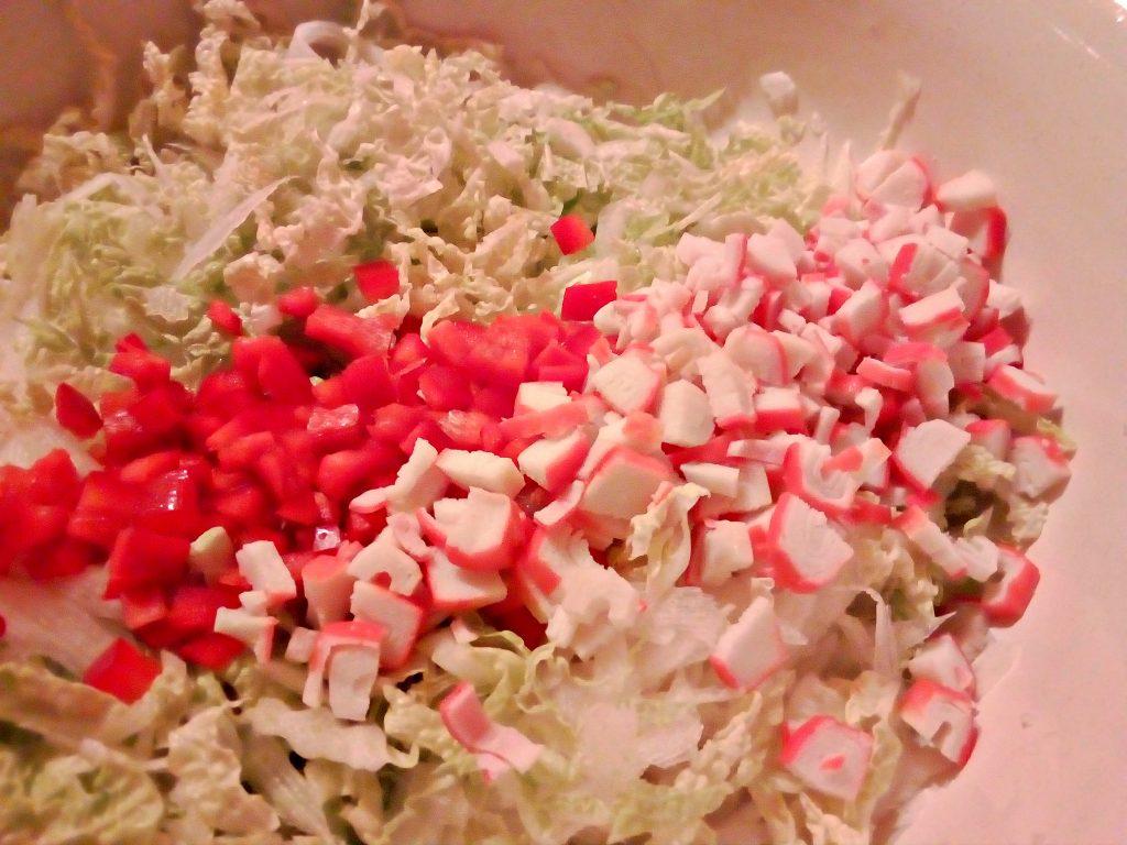Фото рецепта - Салат из пекинской капусты с крабами и кукурузой - шаг 3