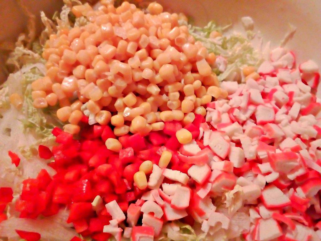 Фото рецепта - Салат из пекинской капусты с крабами и кукурузой - шаг 4
