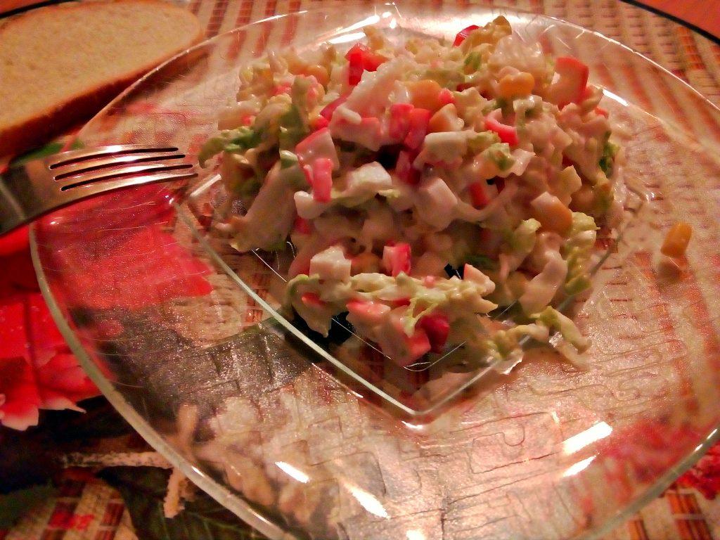 Фото рецепта - Салат из пекинской капусты с крабами и кукурузой - шаг 5
