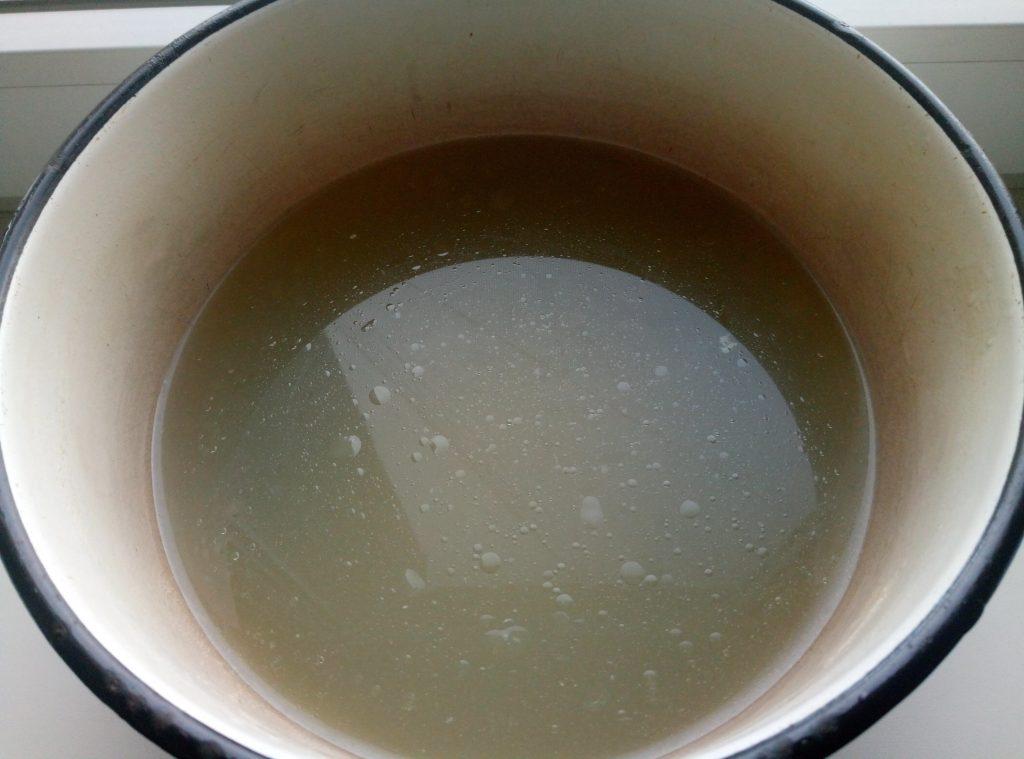 Фото рецепта - Розовый суп с фасолью, копченой курицей и чили-колбасками - шаг 1