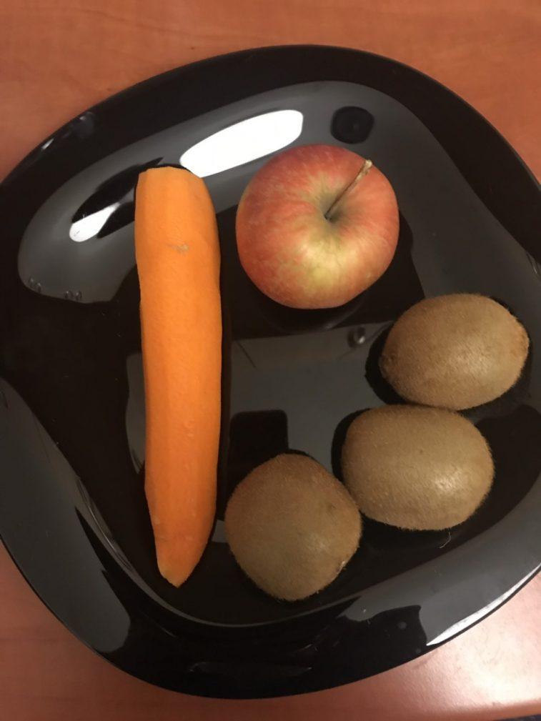Фото рецепта - Витаминный салат на завтрак из овощей и фруктов - шаг 2
