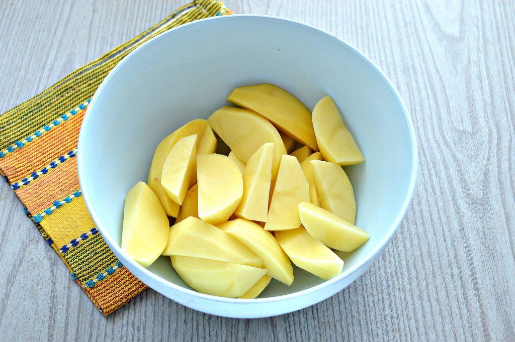 Фото рецепта - Картофель дольками, запеченный с чесноком, паприкой и травами - шаг 1