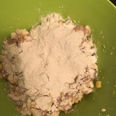 Фото рецепта - Куриные котлетки из рубленого мяса с кукурузой - шаг 2