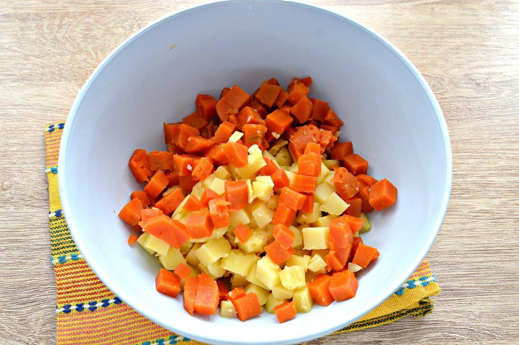 Фото рецепта - Зимний салат с ветчиной и маринованными огурцами - шаг 1