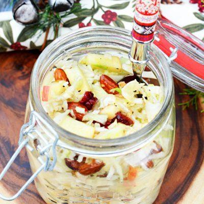 Капустно-яблочный салат с сухофруктами и орешками - рецепт с фото